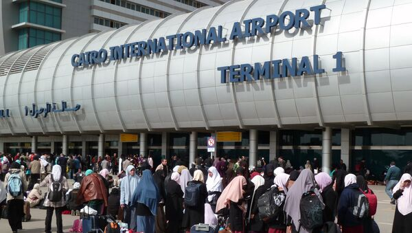 Foreigners crowd the entrance to Cairo's International Airport - Sputnik International