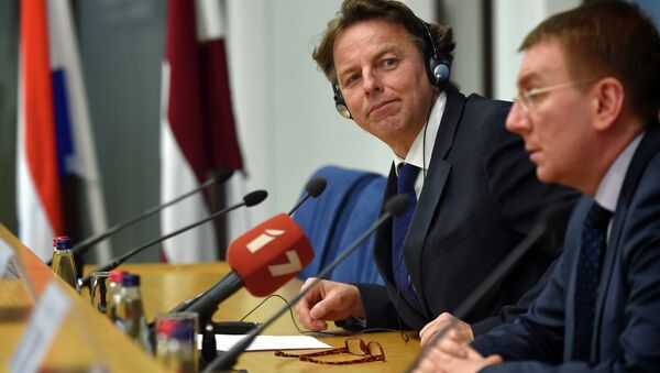 Latvian Foreign Minister Edgars Rinkevics (R) and his Dutch counterpart Bert Koenders (L) attend a press conference after their meeting at the Foreign Ministry in Riga on February 3, 2015 - Sputnik International