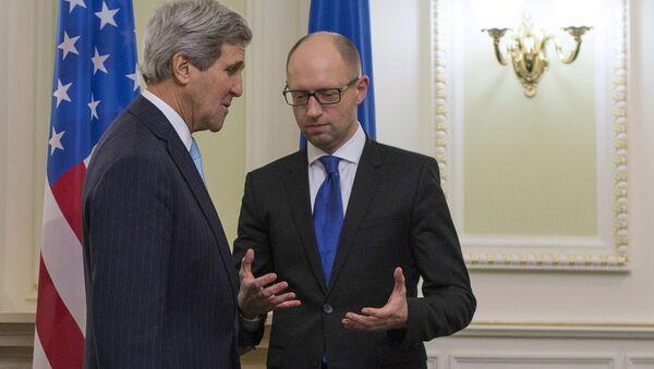 US Secretary of State John Kerry (L) talks with Ukrainian Prime Minister Arseniy Yatsenyuk - Sputnik International