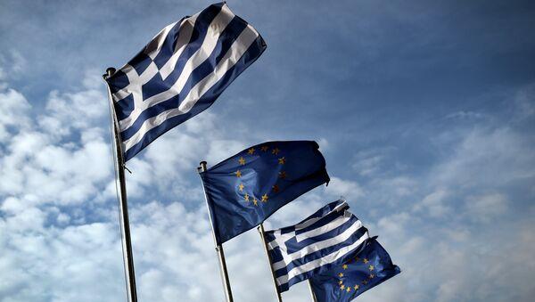 Greek and EU flags wave in the port of the eastern Greek island of Samos in January 20, 2015 - Sputnik International