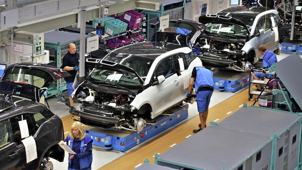 Employees of German carmaker BMW work on the production of the new electrical vehicle i3 at the plant in Leipzig - Sputnik International