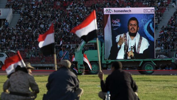 Supporters of Houthi Shiites, who took over the government of Yemen and installed a new committee to govern, listen to a live speech by Abdul-Malik al-Houthi - Sputnik International