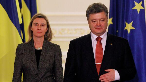 Ukrainian President Petro Poroshenko, right and EU foreign affairs chief Federica Mogherini - Sputnik International