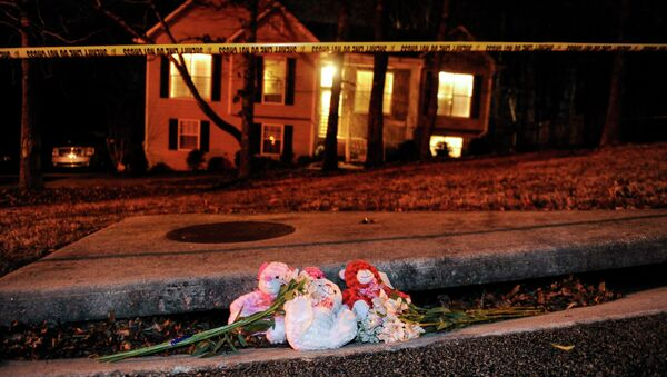 A makeshift memorial is shown outside a home in a suburban neighborhood in Douglasville, Georgia, February 7, 2015. At least seven people were shot in the community west of Atlanta on Saturday in an attach that left five people dead, local media reports - Sputnik International