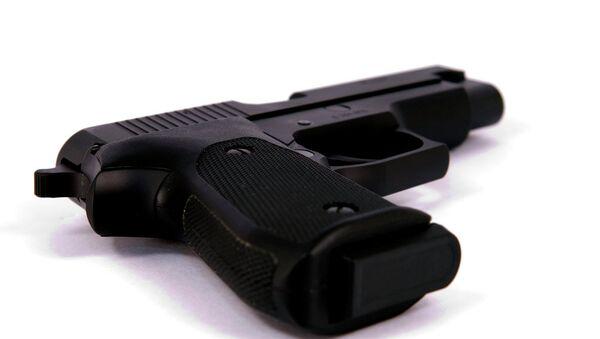Toddler shoots parents with mother's handgun - Sputnik International