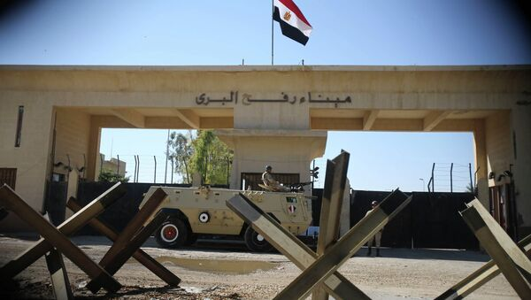 An Egyptian soldier keeps watch at the closed Rafah border crossing, between southern Gaza Strip and Egypt. - Sputnik International