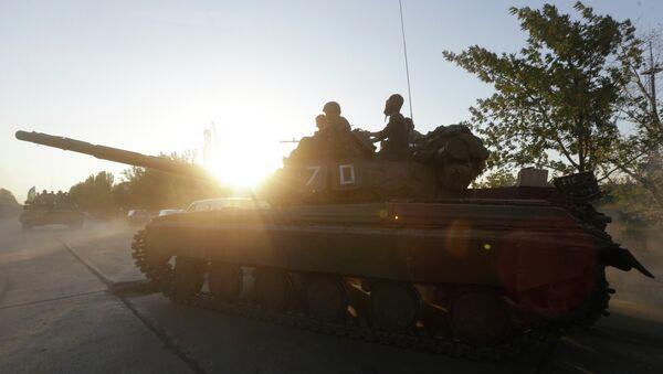 Soldiers of Ukrainian army ride on tanks in the port city of Mariupol, southeastern Ukraine, Friday, Sept. 5, 2014 - Sputnik International