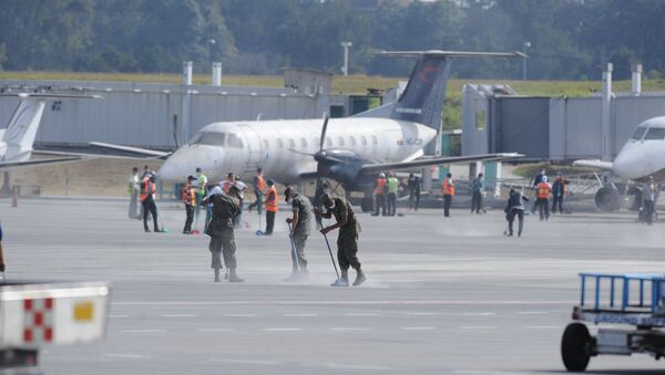 Members of Guatemalan Army clean ashes off of the runway of the La Aurora international airport, reported to be temporarily closed, in Guatemala City on February 8, 2015 - Sputnik International