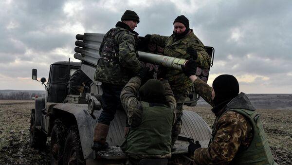 Ukrainian servicemen load Grad rockets outside Debaltsevo, eastern Ukraine February 8, 2015 - Sputnik International