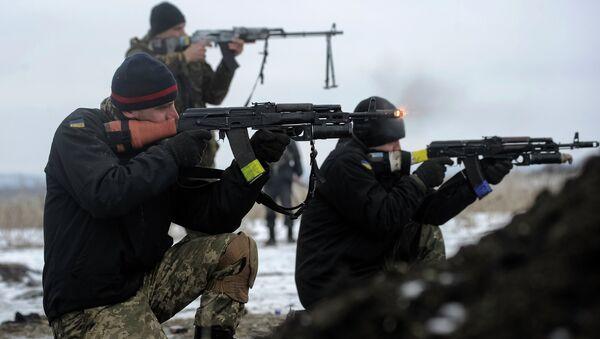 Ukrainian servicemen train with weapons - Sputnik International