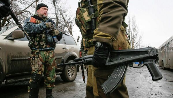 Members of the armed forces of the self-proclaimed Donetsk People's Republic stand guard at a street in Vuhlehirsk, Donetsk region February 6, 2015 - Sputnik International
