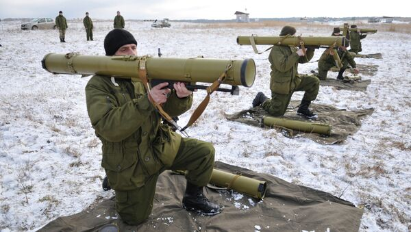 Ukrainian army soldiers perform a weapons exercise at a training ground outside Lviv, western Ukraine, Thursday, Feb. 5, 2015 - Sputnik International
