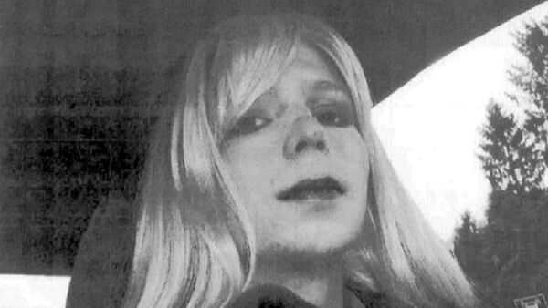 Chelsea Manning poses for a photo wearing a wig and lipstick - Sputnik International