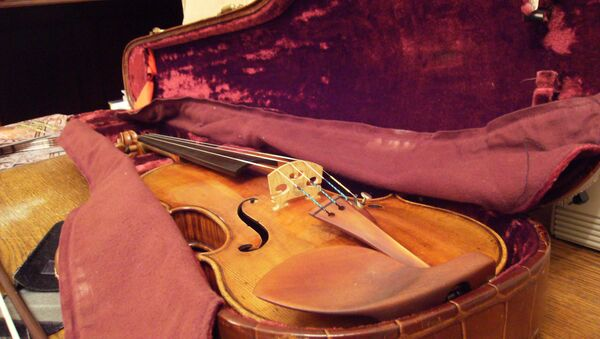 A Stradivarius violin similar to the one purportedly owned by Chicago mobster Frank Calabrese Sr. - Sputnik International