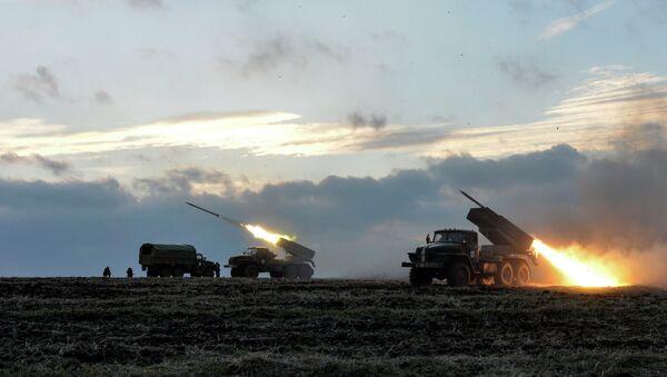 Ukrainian servicemen launch Grad rockets towards pro-Russian independence forces outside Debaltseve, eastern Ukraine - Sputnik International