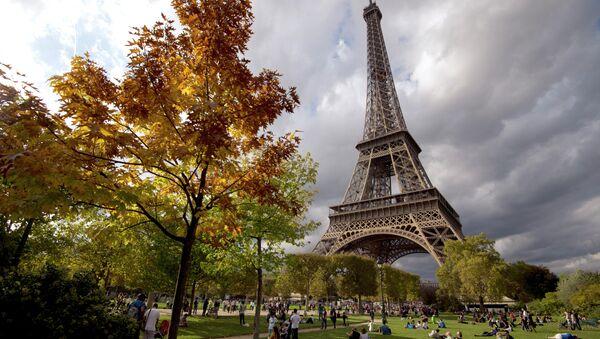People enjoy sunbathing and relaxing by the Eiffel Tower in Paris - Sputnik International