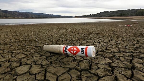 """In this Feb. 4 2014 file photo, a warning buoy sits on the dry, cracked bed of Lake Mendocino near Ukiah, Calif. As bad as the drought in California and the Southwest was last year and in the Midwest a couple years ago, scientists say far worse historic decades-long dry spells are coming. """" - Sputnik International"""