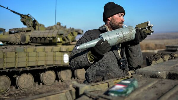 A Ukrainian serviceman loads ammunition into a tank in the territory controlled by Ukraine's government forces, Donetsk region February 13, 2015 - Sputnik International