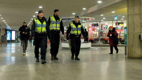 Swedish police officers patrol at a subway station in Stockholm on December 14, 2010 - Sputnik International