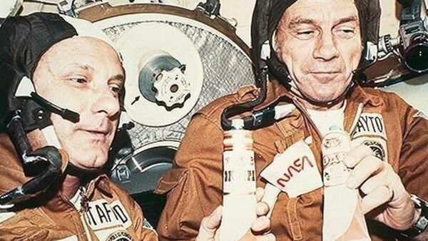 The astronauts Stafford (left) and Slayton after the successful docking manoeuver on board of the Soviet space craft Soyuz - Sputnik International