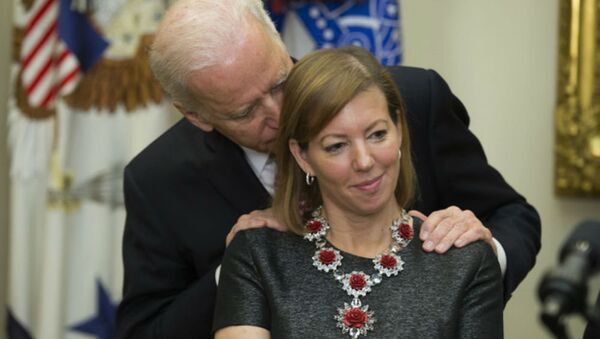 Vice President Joe Biden gets close to new Secretary of Defense Ashton Carter's wife Stephanie. - Sputnik International