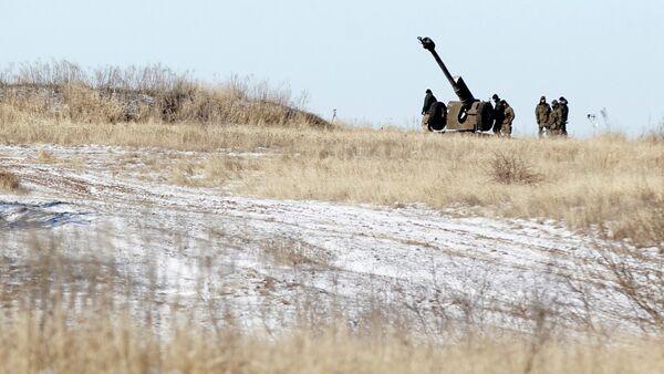 Ukrainian artillery is at a position outside of the village of Luhanske, some 20 kilometers (14 miles) north of Debaltseve, Ukraine, Tuesday, Feb. 17, 2015 - Sputnik International