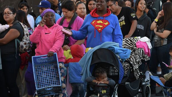 Mothers and their children wait for new shoes and school supplies during a charity event in Los Angeles - Sputnik International