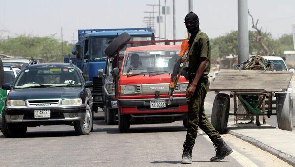 A member of Somali security forces patrols the streets in the capital Mogadishu - Sputnik International