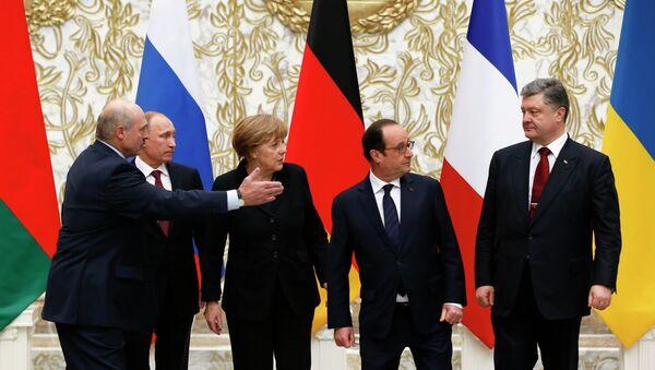 Belarus' President Alexander Lukashenko, Russian President Vladimir Putin, German Chancellor Angela Merkel, France's President Francois Hollande and Ukrainian President Petro Poroshenko (L-R) pose for a family photo at the presidential residence in Minsk - Sputnik International