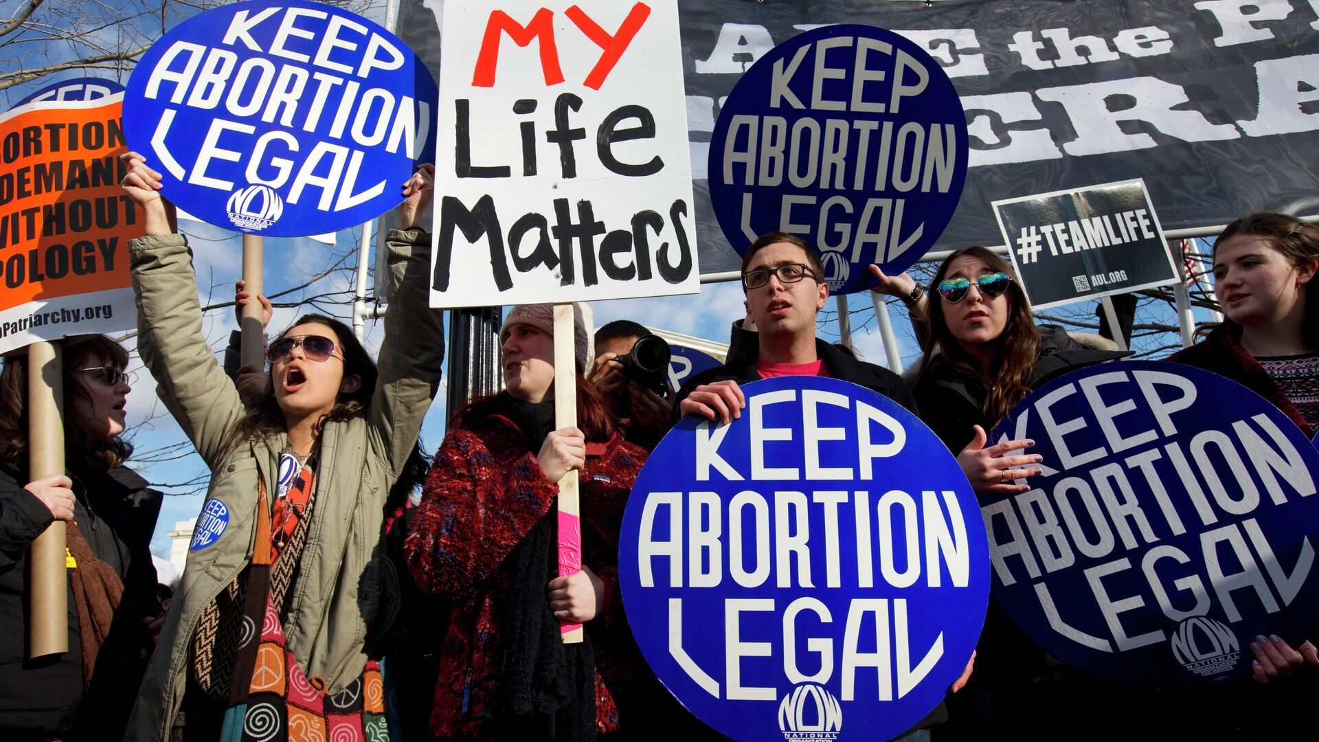 Abortion rights advocates hold signs while anti-abortion demonstrators walk by during the annual March for Life in Washington, DC. - Sputnik International, 1920, 23.09.2021