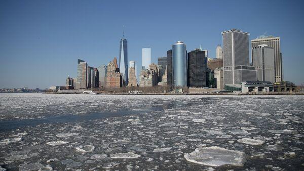 Ice flows pass through New York Harbor. - Sputnik International
