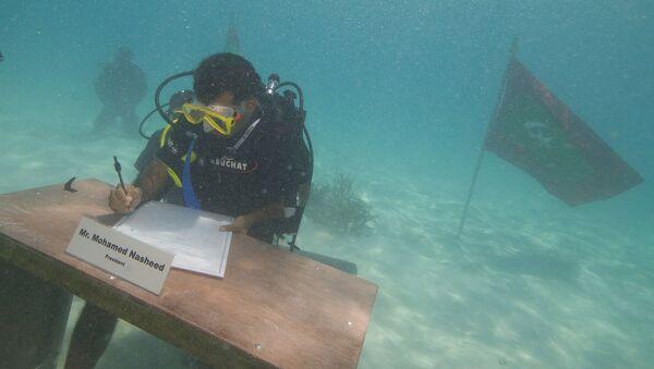 President Mohamed Nasheed signing the decree of the underwater Cabinet meeting on October 17, 2009 - Sputnik International