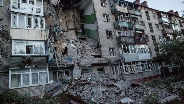 The aftermath of an artillery shelling of Slavyansk by the Ukrainian military. Debris and a burning house - Sputnik International