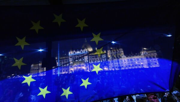 A flag of the European Union (EU) flutters in front of the Hungarian parliament - Sputnik International