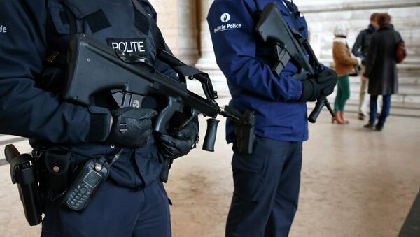 Belgian police officers stand guard outside the Palace of Justice in Brussels - Sputnik International