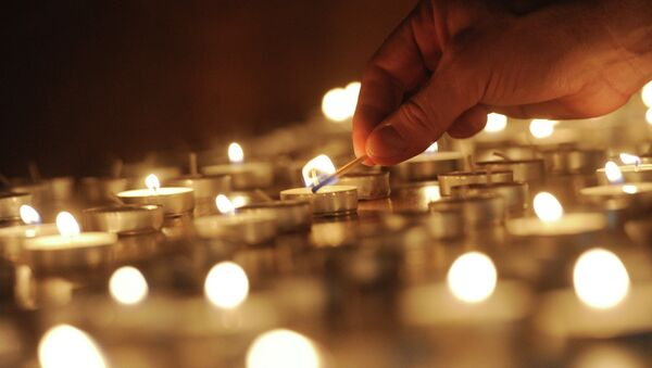 Lighting candles - Sputnik International