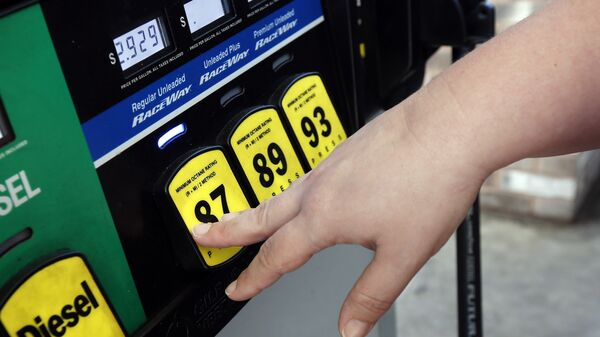 A customer reaches for the regular switch to fill her tank with the $2.92-a-gallon regular gas at a RaceWay gas station in Richland, Miss. - Sputnik International