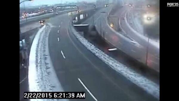 Truck Crashes off Boston Interstate Highway Bridge (VIDEO) - Sputnik International