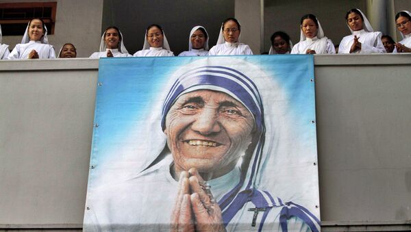 Nuns of Missionaries of Charity sing a hymn as a portrait of Mother Teresa hangs from a balcony during a congregation to mark her death anniversary in Kolkata, India, Monday, Sept. 5, 2011 - Sputnik International