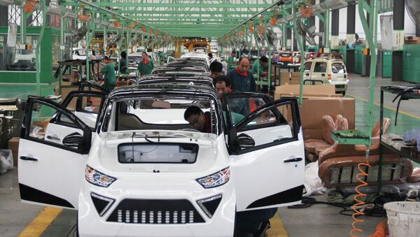 Workers assemble electric cars in a factory in Zouping, east China's Shandong province on September 16, 2014  - Sputnik International