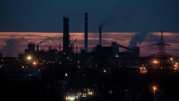 Smoke rises over the Azovstal steel factory in the sunset in Mariupol, eastern Ukraine, Wednesday, Feb. 25, 2015 - Sputnik International