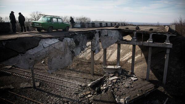 A car drives over a partially destroyed bridge on February 25, 2015 in Debaltseve, Ukraine - Sputnik International