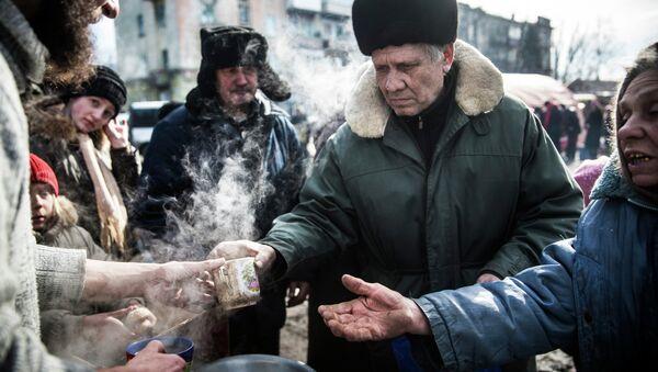 A community activist in Germany has collected over 800 kilograms of humanitarian assistance for the people of war-torn eastern Ukraine. Photo: Self-defense fighters serve hot tea to civilians in Debaltseve, Ukraine. - Sputnik International