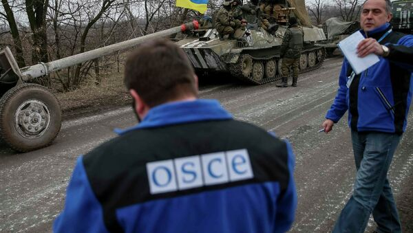 Members of Special Monitoring Mission of the Organization for Security and Cooperation (OSCE) to Ukraine walk along a convoy of Ukrainian armed forces in Paraskoviyvka, eastern Ukraine - Sputnik International