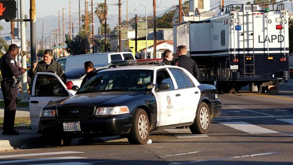 Los Angeles police officers investigate a shooting in South Central Los Angles on Monday, Dec. 29, 2014 - Sputnik International