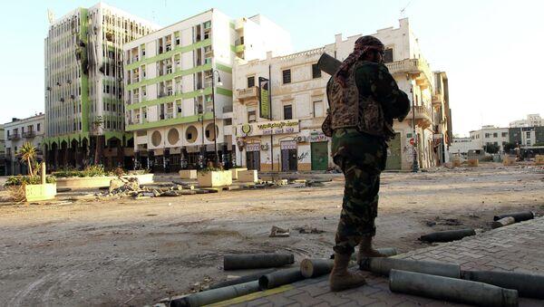A Libyan soldier, loyal to Libya's internationally recognised government of Abdullah al-Thani and General Khalifa Haftar, patrols a street in the eastern coastal city of Benghazi on February 28, 2015 - Sputnik International