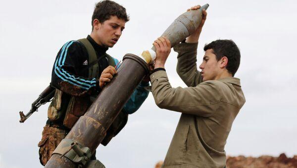 Members of al Qaeda's Nusra Front prepare to fire a mortar towards forces loyal to Syria's President Bashar al-Assad in al-Mallah farms, north of Aleppo, February 18, 2015 - Sputnik International
