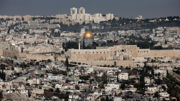 A general view shows the Dome of the Rock (C) and the Al-Aqsa mosques (R) in the Al-Aqsa mosque compound in Jerusalem's old city on November 21, 2014 - Sputnik International