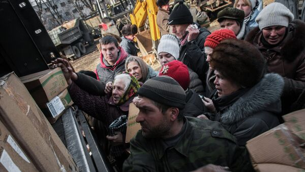 Debaltseve residents receive humanitarian aid from Donetsk People's Republic (DPR) militia - Sputnik International