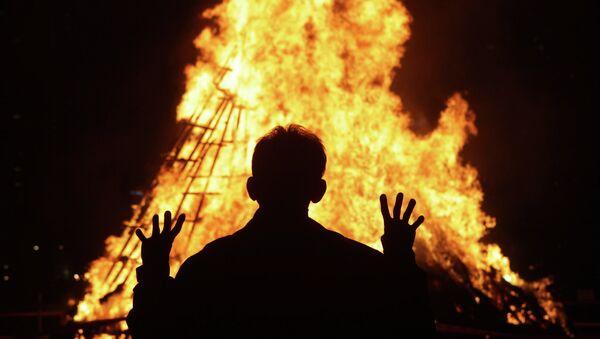 South Koreans gather around a bonfire during 'Jwibulnoli' a South Korean folk game on March 1, 2015 in Seoul, South Korea - Sputnik International